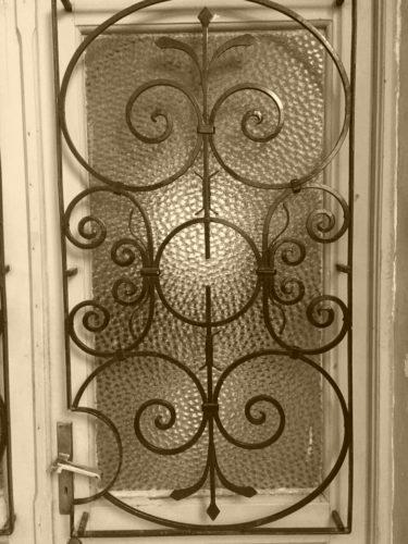 Portone d'ingresso di un'abitazione tiranese