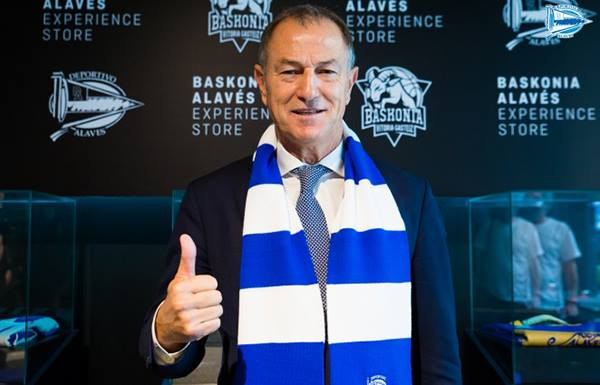 De Biasi with the Alavés scarf during his presentation