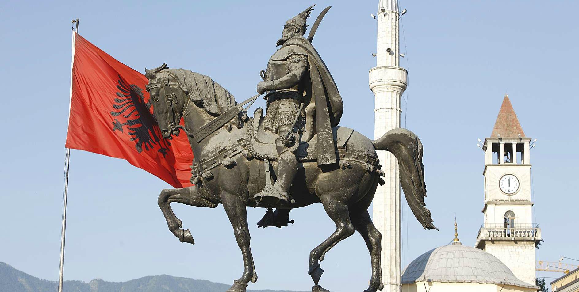 Piazza Scanderbeg Tirane
