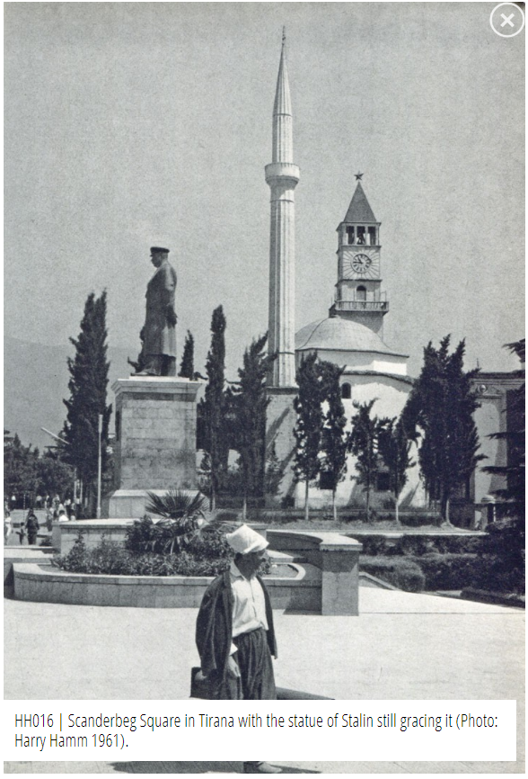 Statua Di Stalin In Piazza Scanderbeg