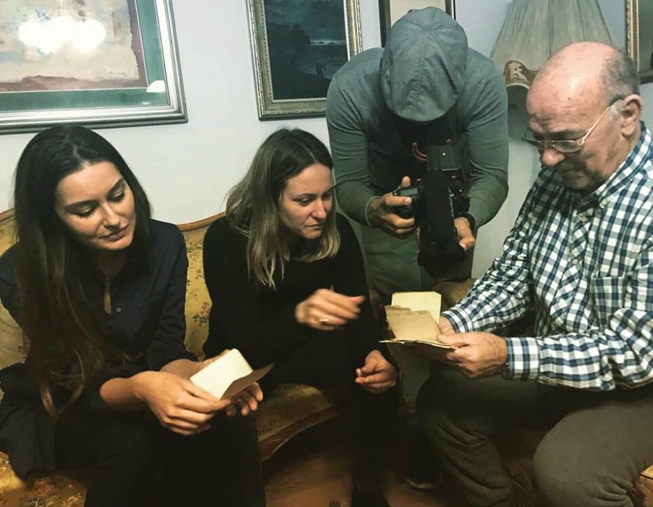Kristale Ivezaj Rama e Alketa Xhafa-Mripa raccogliendo testimonianze per il progetto. Foto: Even Walls Have Ears/Facebook.
