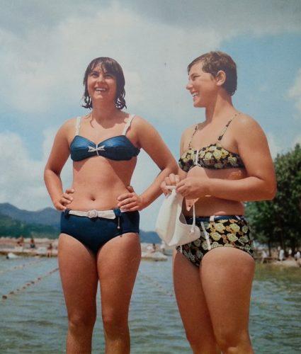Due donne nelle spiagge albanesi degli anni '70