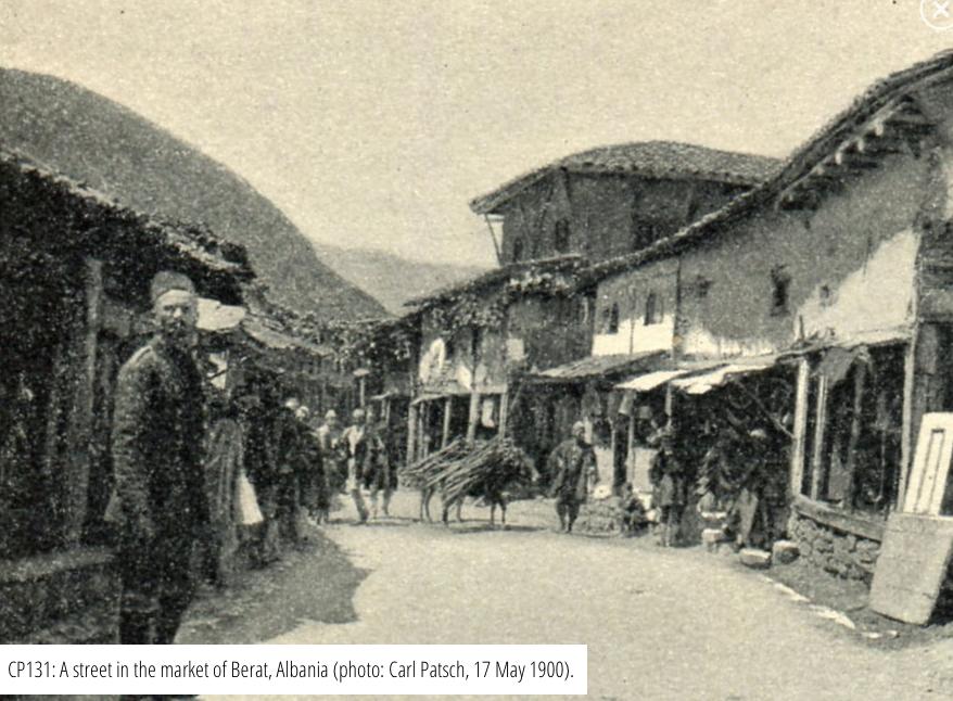 Una strada nel mercato di Berat