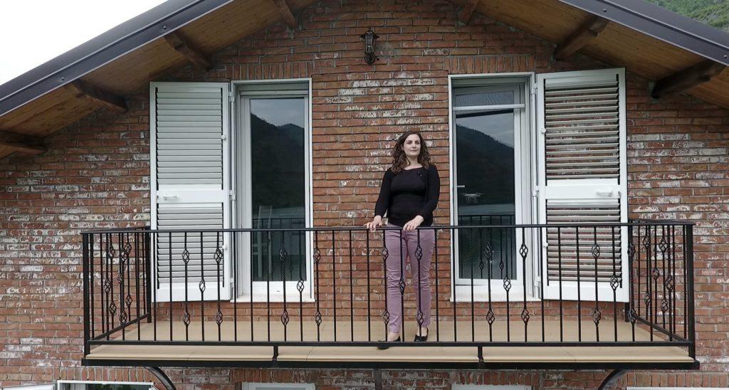 Ermira në ballkonin e bujtinës së saj në Koman - Ivo Danchev